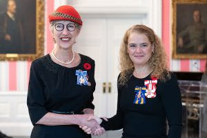 Her Excellency the Right Honourable Julie Payette, Governor General of Canada, presents the Meritorious Service Medal to artist, Beverley Tosh, for War Brides: One Way Passage at Rideau Hall in Ottawa on November 5, 2018. (Photo credit: Sgt Johanie Maheu, Rideau Hall © OSGG, 2018)